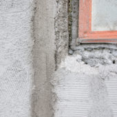 As Oy Kuoppamäentie 19, MV Maalaus Oy, kuvassa seinän ja ikkunan pohjatöitä. kuva: Hannu Jukola